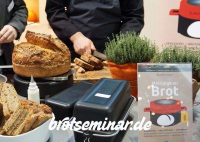Letzte Vorbereitungen für die Olaf Baumeister-Show mit den frischen Gourmet-Broten von brotseminar.de, welche Karl-Heinz Seydel für diese Show mitbrachte, am Berndes-Messestand frisch backte + auch noch gerne selbst verschenkte/verteilte.