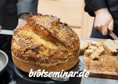 Das allerletzte Brot von khs ist besonders schön geworden. Auch dieses 2,5 kg Monster-Brot wurde direkt am Berndes-Messestand im b.double round von mir frisch gebacken. Nicht aufgebacken.