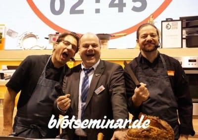 """Die 3 wilden Brot-Liebhaber am Berndes-Stand in der Halle 3.1 auf der Ambiente 2016. In der Mitte ist Rolf Giese """"Bonanza-Man"""" + rechts davon der Kochprofi Olaf Baumeister, der Typ ganz links ist ein wilder + ordnungsliebender Praktikant (habe leider keinen Namen aufgeschrieben)."""