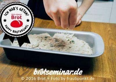 Der back-fertige Brot-Teig liegt schon im Brot-Kastenform-Set + wird noch etwas aufgehübscht.
