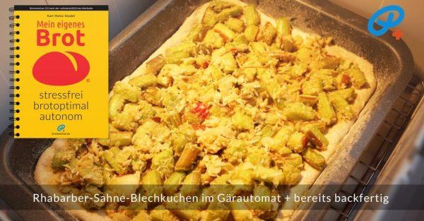 Der Rhabarber-Sahne-Blechkuchen im Gärautomat + bereits backfertig.