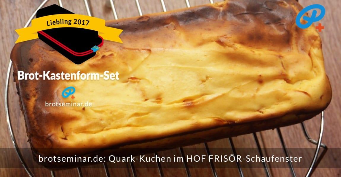 """brotseminar.de: Quark-Kuchen mit frischen Aprikosen-Stückchen auf einem glutenfreien Ohne-Kneten-Hefeteig-Boden. Im HOF FRISÖR-Schaufenster abgekühlt, für alle sichtbar + doch vor """"Fressfeinden"""" geschützt."""