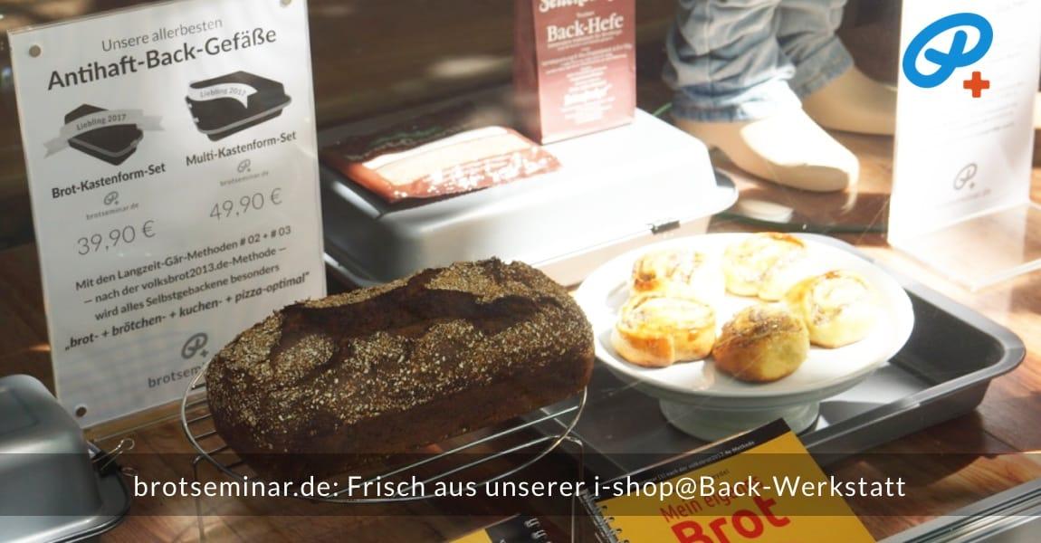 brotseminar.de: Hefe-Schneckchen aus dem Multi-Kastenform-Set 2017 mit Ohne-Kneten-Hefeteig und einer saftigen Pudding-Quark-Mohn-Füllung. Und zeitnah wurde auch ein vollkorniges Roggen-Brot im Brot-Kastenform-Set 2017 gebacken. Alles kühlt im HOF FRISÖR-Schaufenster aus + ist so auch vor Fressfeinden geschützt. — Nur das Personal bekommt was ab. Kein Verkauf + keine kostenlose Verfütterung an unsere Gäste.