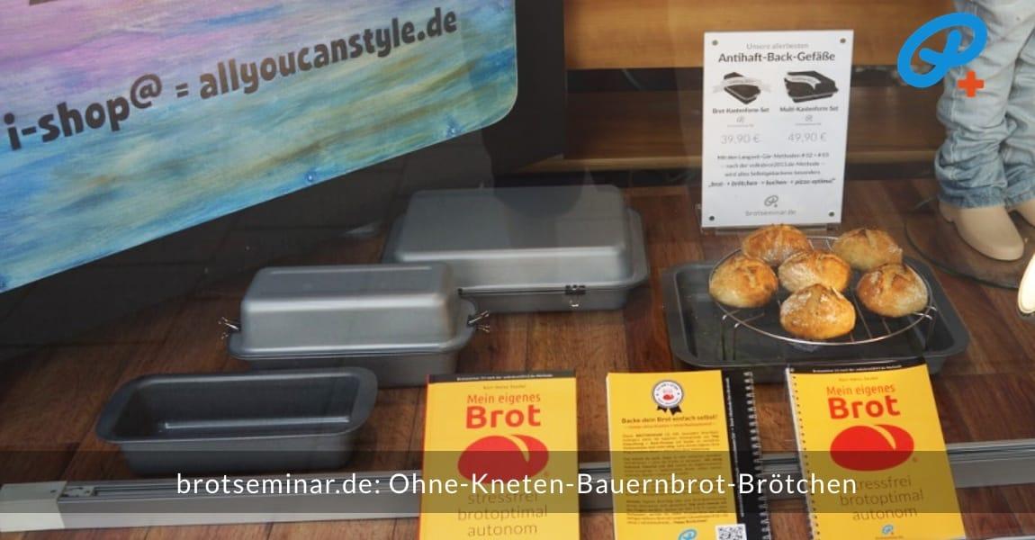 brotseminar.de: Diese Ohne-Kneten-Bauernbrot-Brötchen wurden im Multi-Kastenform-Set 2017 brötchenoptimal gebacken. Im HOF FRISÖR-Schaufenster zum Bewundern präsentiert. Danach wurden die Fotos gemacht + wild reingebissen.