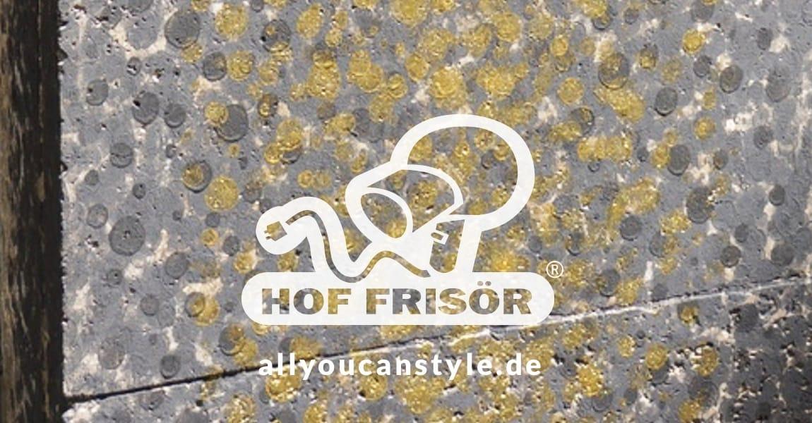 """Graffiti-Entfernung ganz schnell + einfach: Mit der Musterrolle von strukturwalzen.de wird das furchtbare Gekritzel an der HOF FRISÖR-Ladenfassade einfach """"überrollt"""". — So einfach geht das!"""