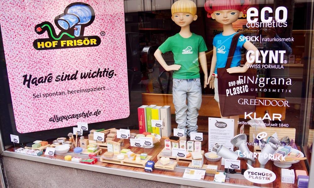 HOF FRISÖR: Ganz viel Seifen-Auswahl im Schaufenster. Die kontaktlose Seifenklappe ist für eine erfolgreiche CORONA-Bekämpfung geöffnet…