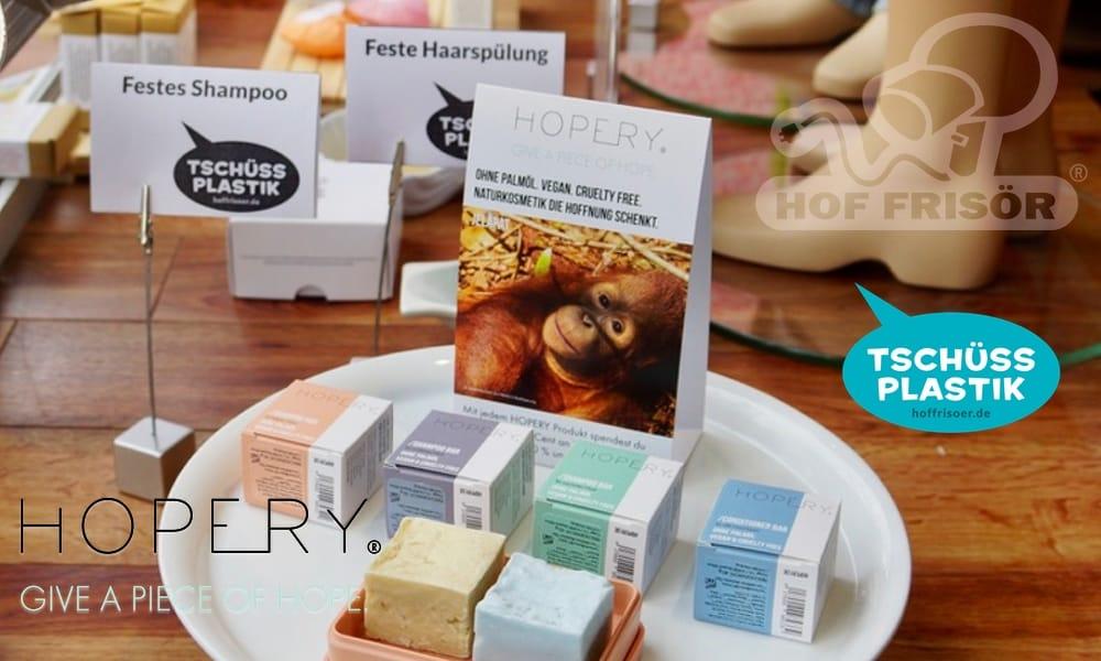 """HOF FRISÖR Frankfurt am Main: Schaufenster-Thema """"TSCHÜSS PLASTIK"""" mit Bio-Naturkosmetik-Produkten von HOPERY"""